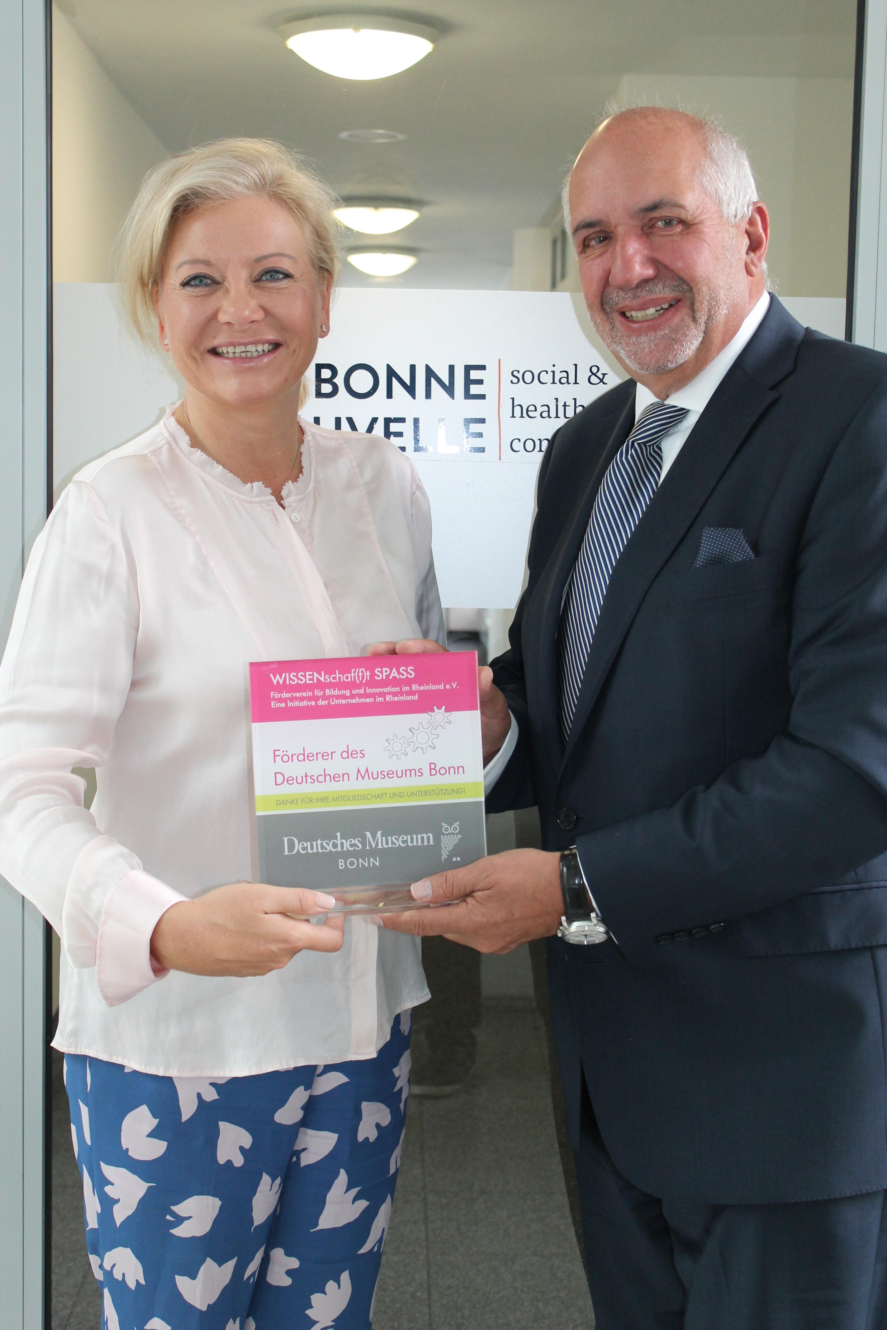 Awardübergabe_v.l.n.r. Simone Stein-Lücke, Bonne Nouvelle; Antonio Casellas, Vorstand Förderverein WISSENschaf(f)t SPASS
